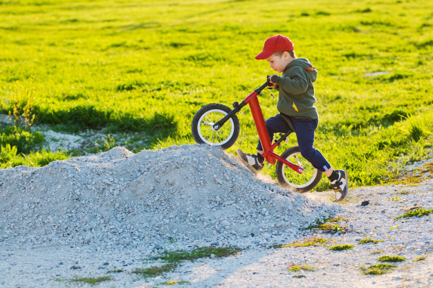 En løbecykel til leg for de modige småbørn